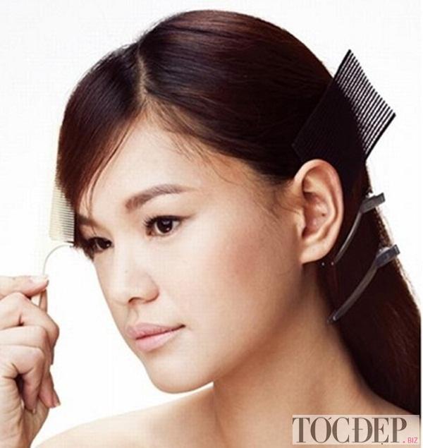 Dùng tay hoặc lược để giữ mái tóc