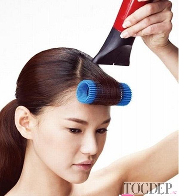 Dùng máy sấy sấy tóc
