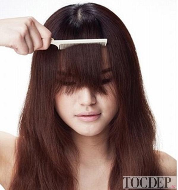 chải tóc và để trước trán