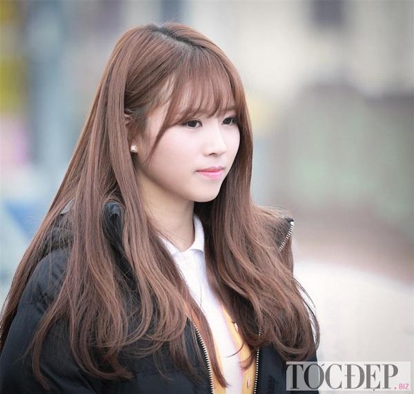 tóc dài uốn đuôi xoăn nhẹ